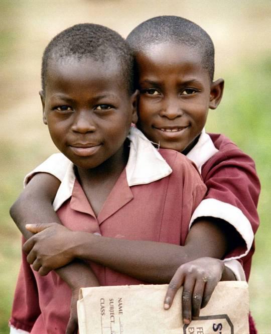 http://gbgm-umc.org/umcor/photos/zimbabwe/mikedubose/2orphansatsct540.jpg